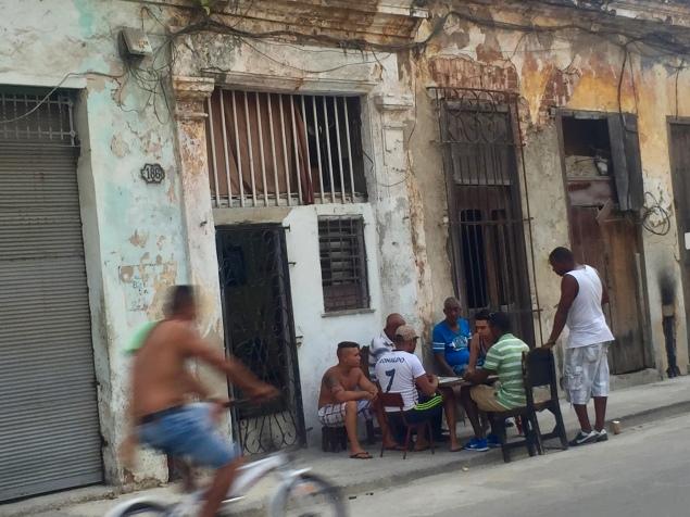 Menschen vor dem Haus